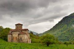 Igreja central de igrejas de Zelenchuksky em torno das ruínas de Nizh Imagem de Stock Royalty Free