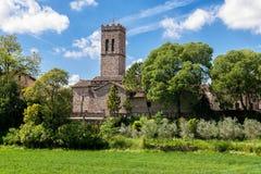 Igreja cercada por árvores na mola, Espanha Fotos de Stock Royalty Free