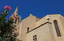 A igreja colegial Saint Laurent é um exemplo excelente do estilo gótico meridional do ` s de França Salon de Provence fotos de stock