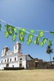 Igreja colonial branca Nordeste de Alcantara Brasil com estamenha brasileira da bandeira Imagem de Stock Royalty Free