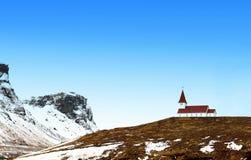 Igreja colorida vermelho em uma montanha imagens de stock royalty free