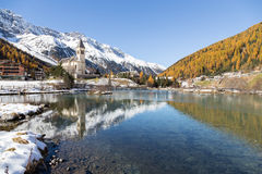 Igreja com o lago nos cumes (Solda/Itália) Foto de Stock Royalty Free