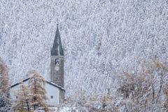 Igreja com o sino coberto na neve, Bessans, França, 2018 fotos de stock