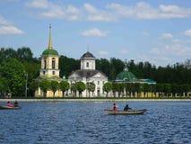 Igreja com a torre de Bell em Kuskovo imagem de stock royalty free