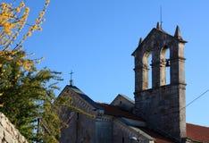 Igreja com a torre de sino na opini?o dos Pula no tempo de mola com fors?tia de floresc?ncia foto de stock