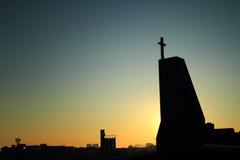 Igreja com um nascer do sol claro brilhante Foto de Stock