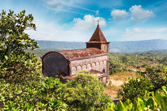 Igreja cristã abandonada sobre a montanha de Bokor no parque nacional de Preah Monivong, Kampot, Camboja foto de stock