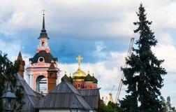 A igreja cristã e a árvore do russo idoso Imagem de Stock