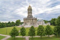 A igreja da ascensão no solar dubrovitsy fotos de stock