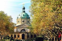 A igreja da catedral com árvores fecha-se perto Fotos de Stock