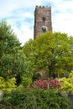 Igreja da construção e torre de pulso de disparo de pedra Fotografia de Stock Royalty Free