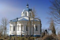 Igreja da festa da cruz, do século XIX, e das sobras do cemitério jogado A vila Opolye, 100 quilômetros de St Pete Imagem de Stock