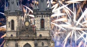 Igreja da mãe do deus na frente de Tyn em fogos-de-artifício velhos da praça da cidade e do feriado, Praga, República Checa imagem de stock