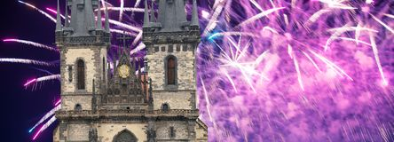 Igreja da mãe do deus na frente de Tyn em fogos-de-artifício velhos da praça da cidade e do feriado, Praga, República Checa fotografia de stock