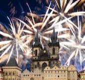 Igreja da mãe do deus na frente de Tyn em fogos-de-artifício velhos da praça da cidade e do feriado, Praga, República Checa imagem de stock royalty free