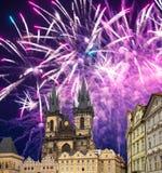 Igreja da mãe do deus na frente de Tyn em fogos-de-artifício velhos da praça da cidade e do feriado, Praga, República Checa fotos de stock