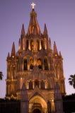 A igreja da noite ilumina a igreja México de Parroquia Imagem de Stock