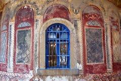 Igreja da parede da ruína com indicador azul fotos de stock royalty free