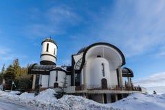 Igreja da suposição da mãe a mais santamente na estância de esqui Pamporovo em Rhodope, montanhas Imagens de Stock