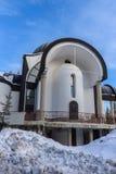 Igreja da suposição da mãe a mais santamente na estância de esqui Pamporovo em Rhodope, montanhas Foto de Stock Royalty Free