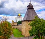 A igreja da torre e de trindade do relógio no Kremlin de Pskov, Rússia Imagem de Stock Royalty Free