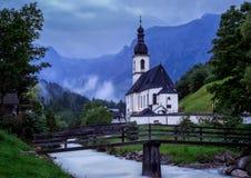A igreja da vila Alemanha de Ramsau Fotografia de Stock
