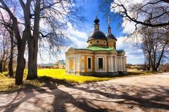 A igreja da vila ao lado da estrada Fotos de Stock Royalty Free