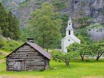 Igreja da vila de Bakka na costa de Naeroyfjord Foto de Stock Royalty Free
