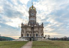 Igreja da Virgem Santa do sinal em Dubrovitsy fotografia de stock