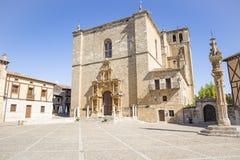 Igreja de Colegiata de Santa Ana no quadrado principal do prefeito da plaza em Penaranda de Douro foto de stock royalty free