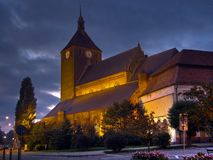 Igreja de Darlowo na noite Fotografia de Stock Royalty Free