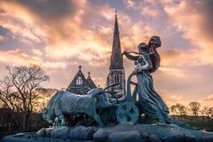 Igreja de Gefion Fountain e do St Alban's no por do sol fotografia de stock