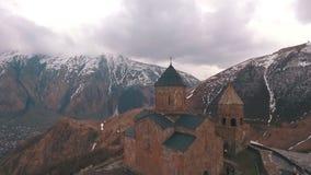 Igreja de Gergeti Cminda Sameba Kazbegi, Stepantsminda geórgia vídeos de arquivo