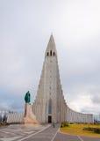 Igreja de Hallgrimskirkja, Reykjavik, Islândia, com a estátua de Lief Erikson imagem de stock