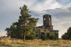 Igreja de madeira abandonada na paisagem do outono Foto de Stock