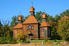 Igreja de madeira antiga no outono Foto de Stock
