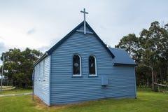 Igreja de madeira azul pequena do país Imagens de Stock