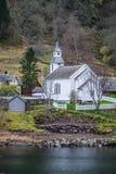 Igreja de madeira branca pequena em uma costa do fiorde imagem de stock