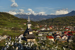 Igreja de madeira da vila de Salistea de Sus, Maramures, Romênia a Imagens de Stock Royalty Free