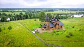 Igreja de madeira pelo rio foto de stock royalty free