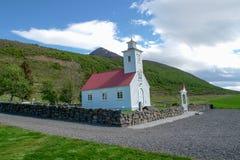 Igreja de madeira pequena com telhado vermelho - Islândia fotografia de stock royalty free