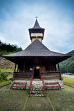 Igreja de madeira tradicional nas montanhas contra um céu nebuloso Foto de Stock Royalty Free