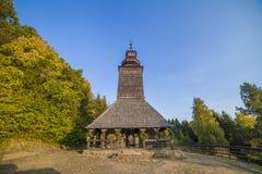 Igreja de madeira tradicional velha da região de Zakarpattia Imagens de Stock