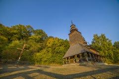 Igreja de madeira tradicional velha da região de Zakarpattia, U ocidental Fotos de Stock