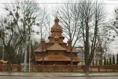 A igreja de madeira ucraniana do católico grego está atrás do fenc de madeira imagens de stock