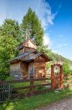 Igreja de madeira velha com a cerca em Bolshiye Koti, o Lago Baikal, Rússia fotos de stock