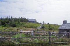 A igreja de madeira velha no monte Fotos de Stock Royalty Free