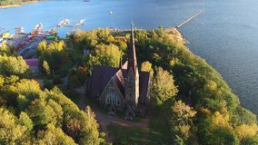Igreja de Mary Magdalene, noite de outubro Primorsk, vídeo da antena de Rússia vídeos de arquivo