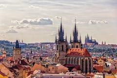Igreja de nossa senhora antes de Tyn e o castelo de Praga no backg fotos de stock