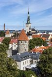 Igreja de Oleviste e cidade velha em Tallinn Fotos de Stock Royalty Free